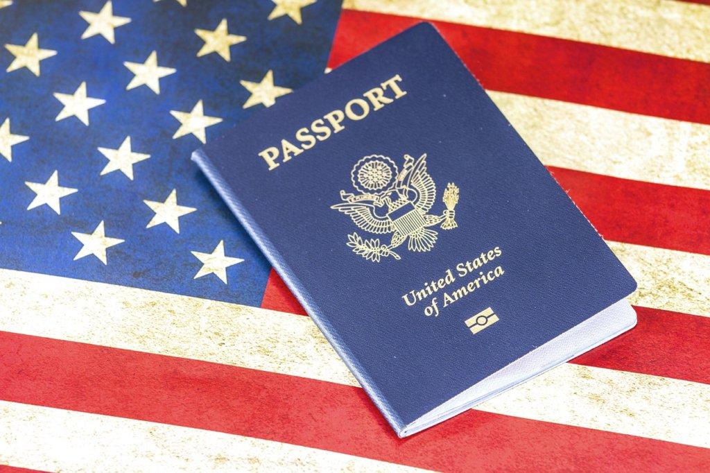 アメリカ国旗にパスポート
