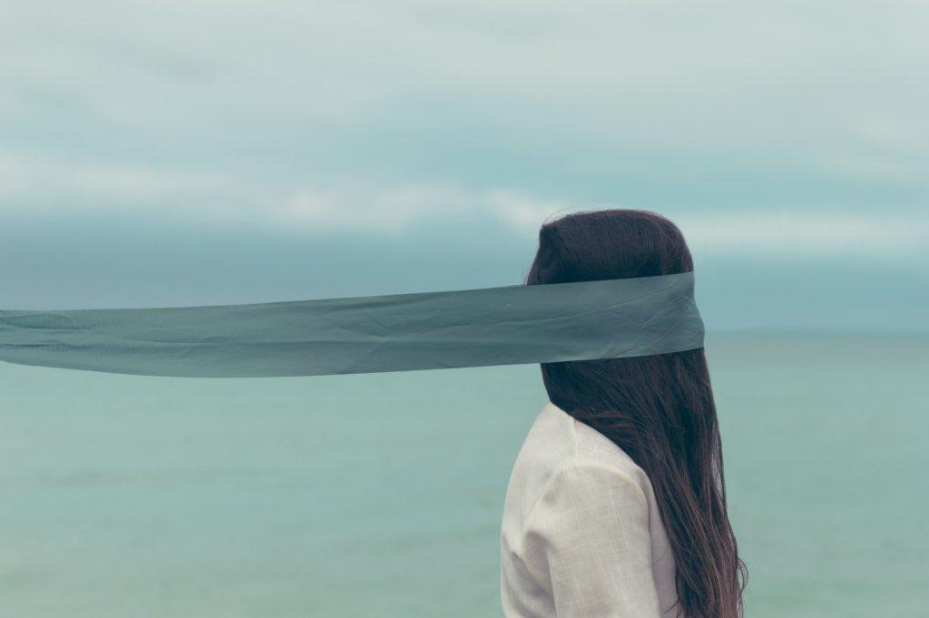 女性の目隠しが取れる